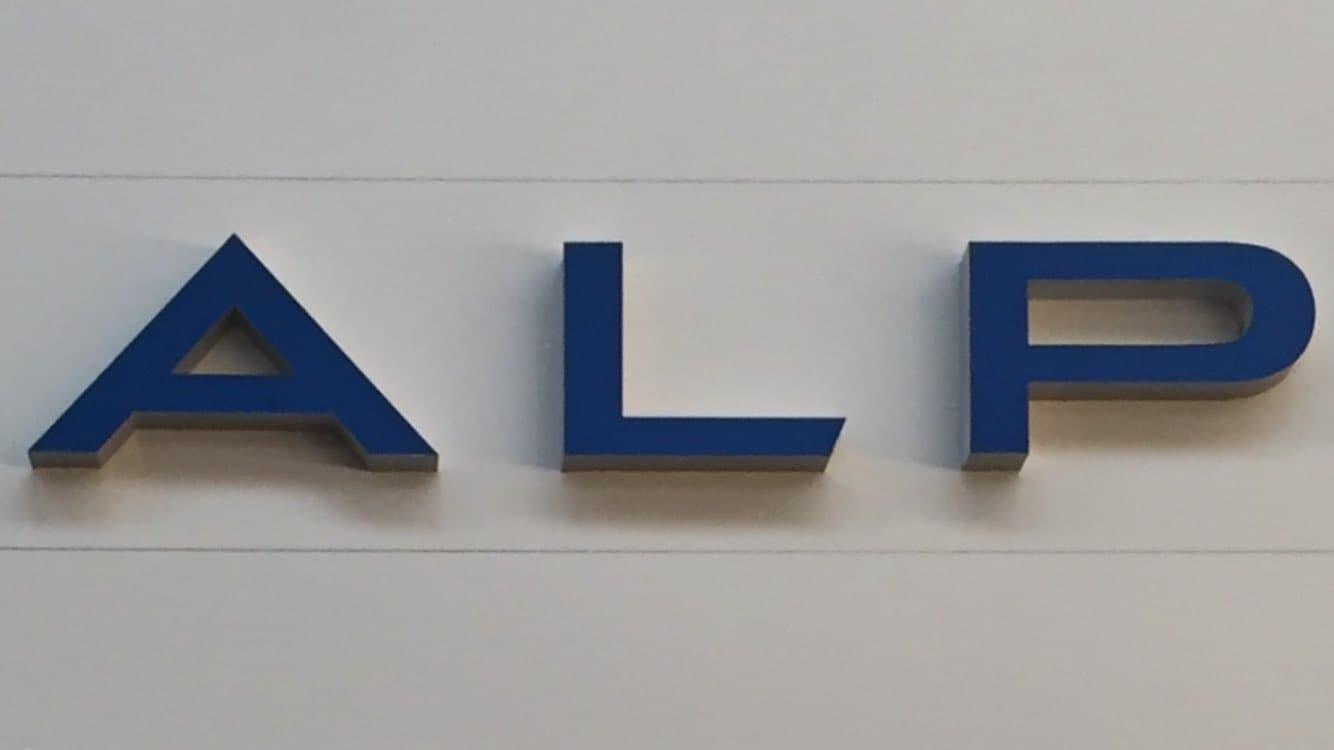 C0CoXntWIAEPced.jpg large - Le premier showroom Alpine en Photo